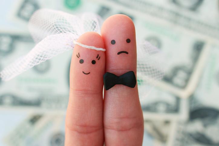彼女は自分の収入と結婚したいだけなのかも(写真:iStock)