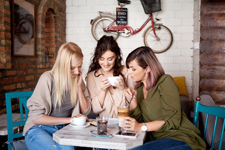 女同士のつきあいに一番必要なのは「ほどほど」(写真:iStock)