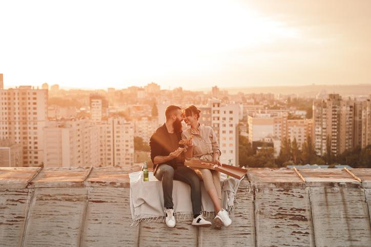 二人きりになりたがるのはキスのサイン(写真:iStock)