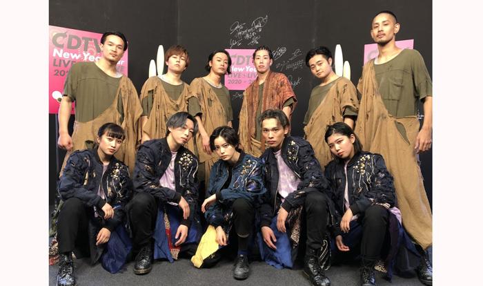 プロのダンサー陣と一糸乱れぬパフォーマンスを見せた平手さん(前列中央)/TBSCDTV公式Twitter(2020年1月1日付)より