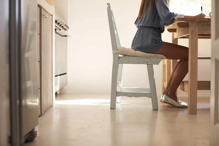 膝を閉じて内ももを鍛える(写真:iStock)