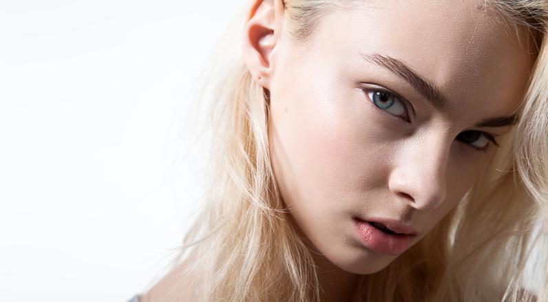 平行眉で強さと優しさを(写真:iStock)