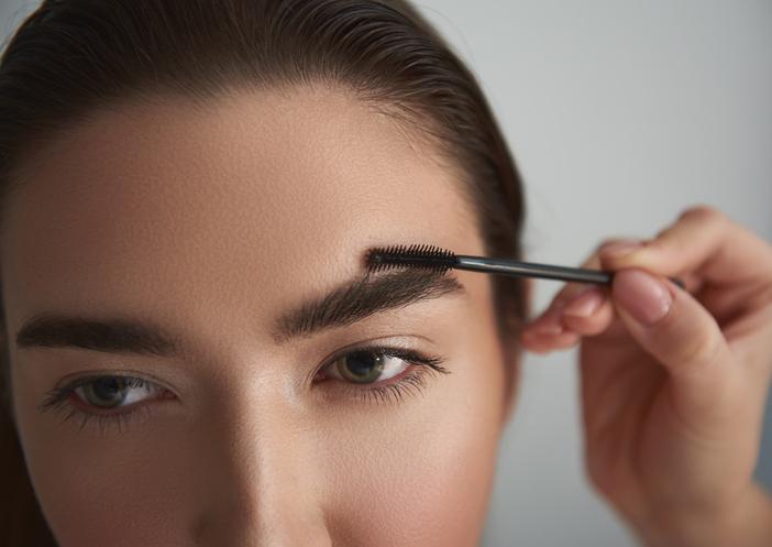 まずは眉毛を整えて(写真:iStock)