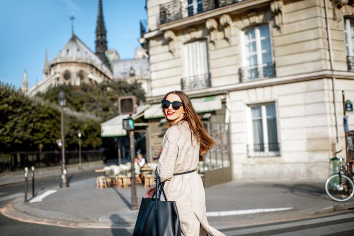 颯爽と歩く女性はカッコいい!(写真:iStock)