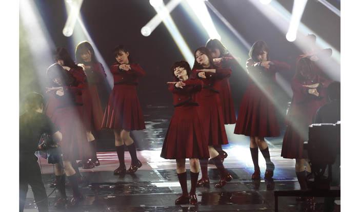 欅坂46最後の紅白で何かに向かい、不敵な笑みを浮かべつつ全力パフォーマンスをやり切った平手(中央)/(C)日刊ゲンダイ