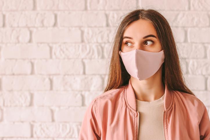 マスクにファンデがついていないか心配…(写真:iStock)
