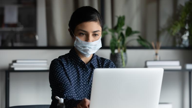 マスクの下は無表情(写真:iStock)