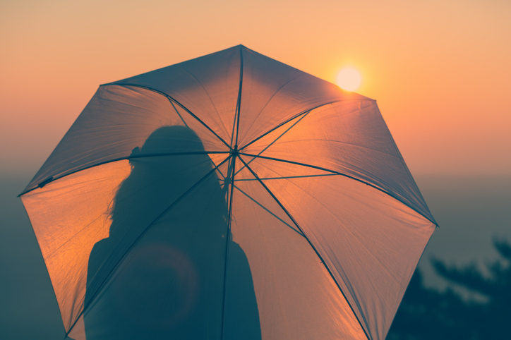 日傘を活用しよう(写真:iStock)