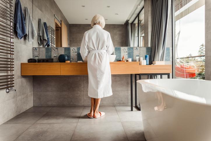 お風呂上りのスキンケア。まず何からすべき?(写真:iStock)