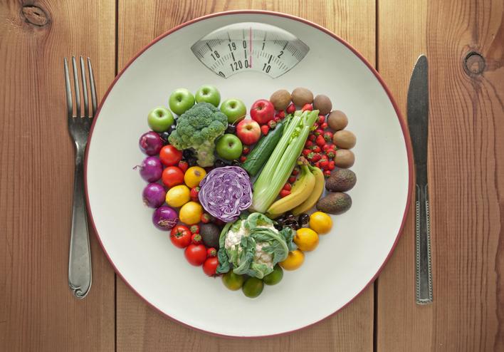 まずは野菜から食べる「ベジファーストを心がけて」(写真:iStock)