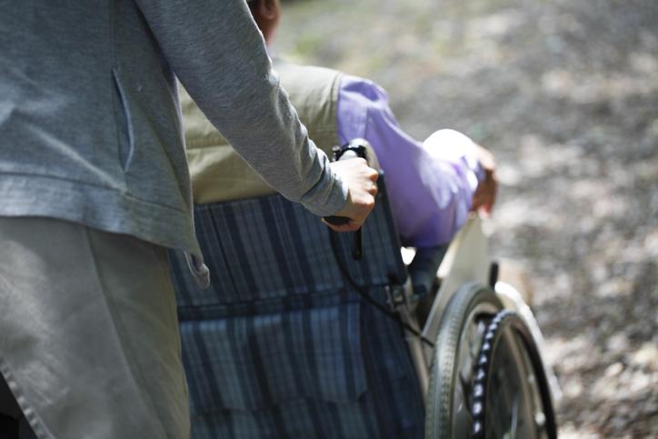 子育てと介護に追われる日々…(写真:iStock)