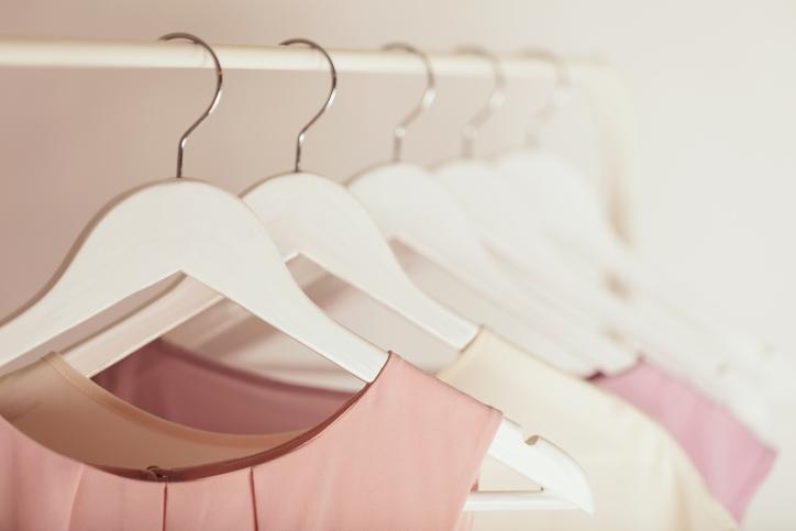 女性らしいファッションは鉄則(写真:iStock)