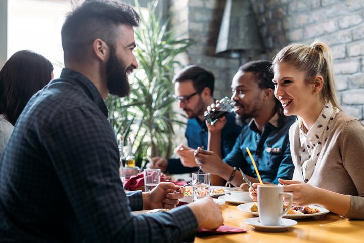 男性と話す機会を増やそう(写真:iStock)