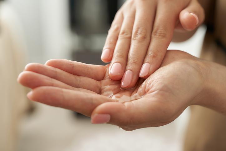 手でつけるとお肌に負担がかからない(写真:iStock)