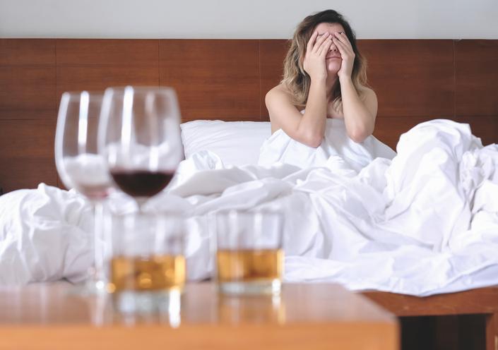お酒の勢いでのボディタッチは危険!(写真:iStock)