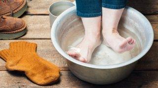 手軽で簡単♡ 足湯の効果的なやり方&4つの便利アイテム