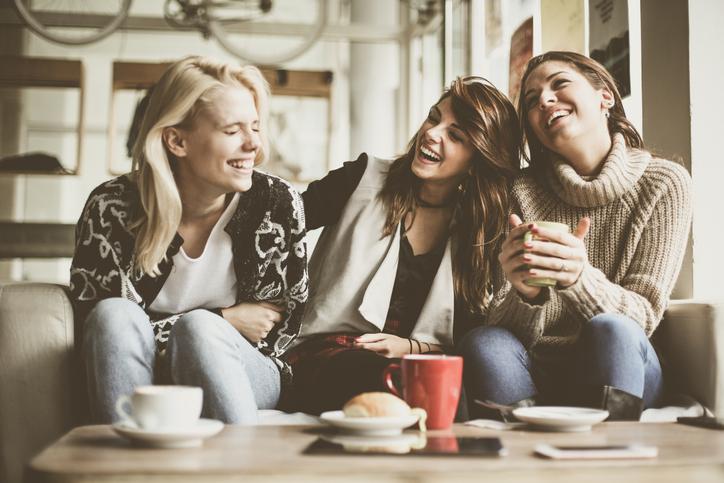 ポジティブな人から元気をもらう(写真:iStock)