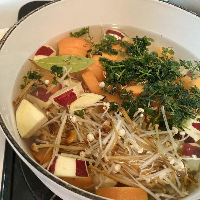 根野菜などを先に煮込み、のちほど玉ねぎをイン(C)コクハク