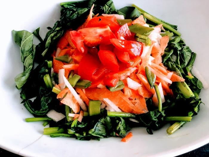 地元野菜のサラダ(小松菜、ホウレンソウ、トマト、ニンジン、ダイコン、スナップエンドウが入ってます)