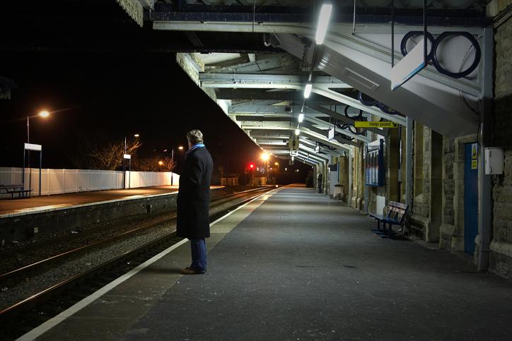 駅で時間をつぶすというケースも(写真:iStock)