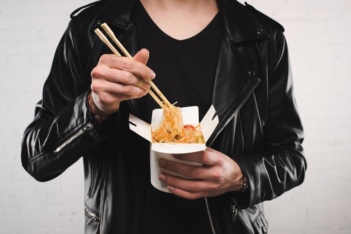 嫁の食事を食べるくらいならレトルトでいい(写真:iStock)