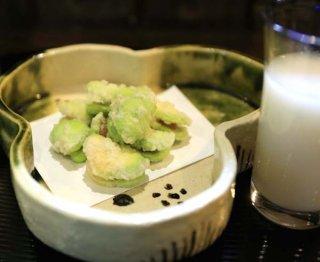 「空豆のからすみはさみ揚げ」一品で2つの風味が味わえる!