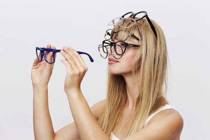 似合うメガネはよく吟味して(写真:iStock)
