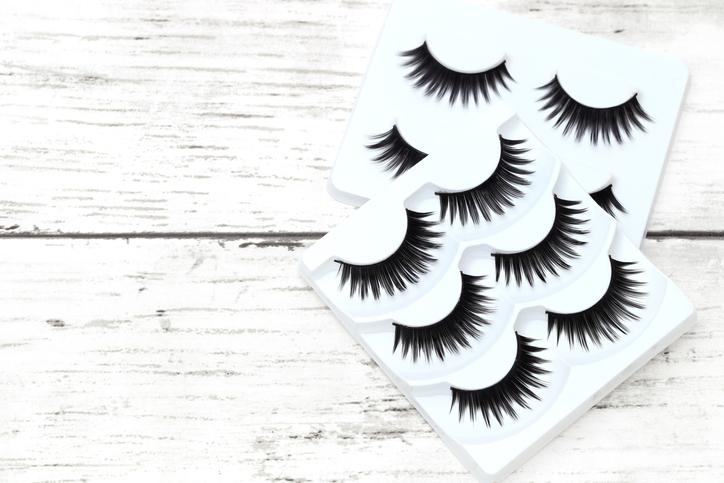 ボリュームがありすぎるつけまつ毛はNG(写真:iStock)