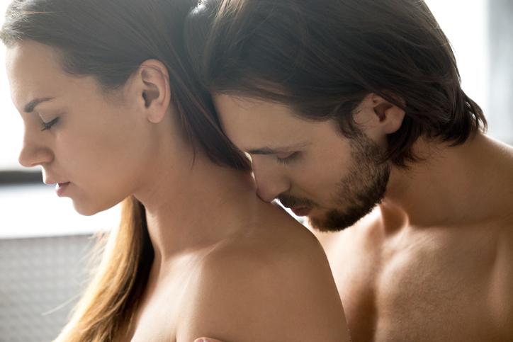 背中のキスは不安な気持ちの表れかも(写真:iStock)