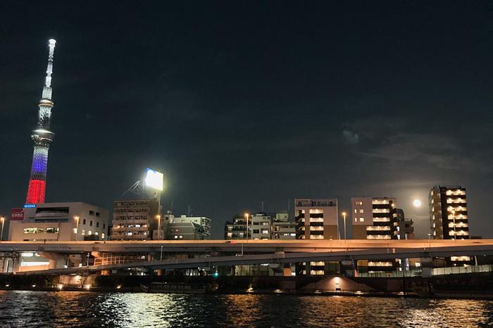 右端のビル横でポチっと光っているのがお月さま(C)コクハク