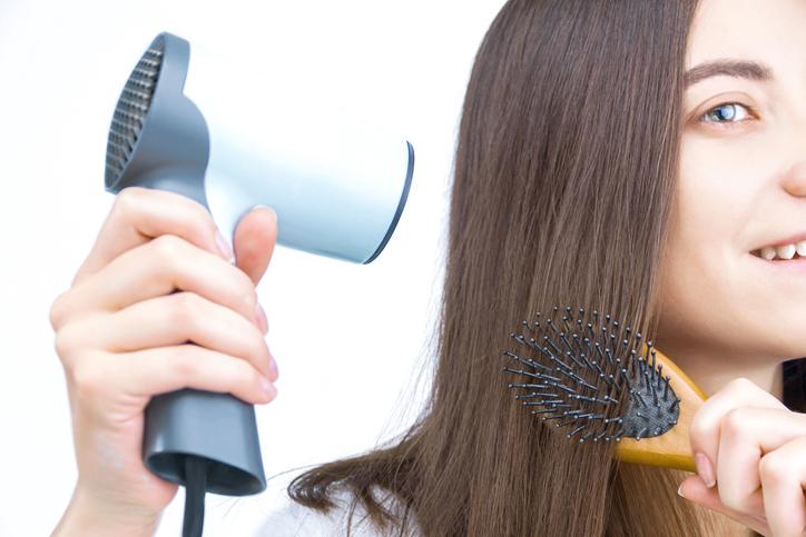 髪をぴんと張った状態で…(写真:iStock)