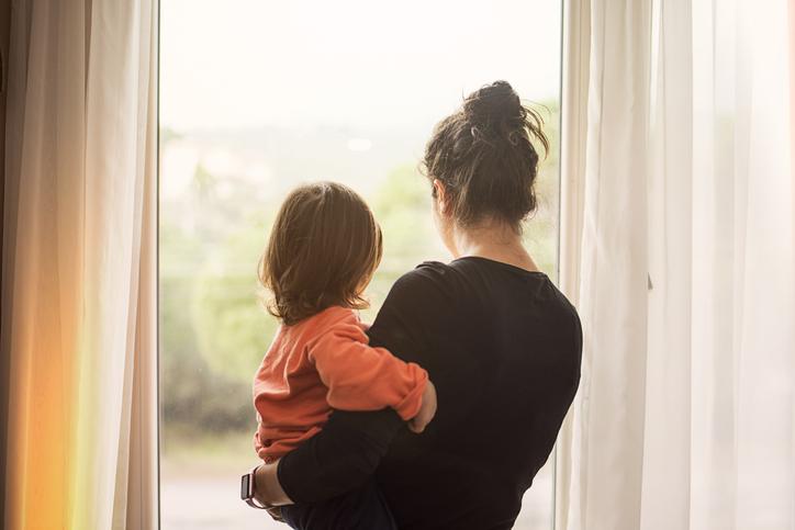 子供が寂しそうにしていて…(写真:iStock)