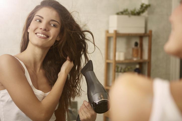 髪はなるべく早く乾かして(写真:iStock)