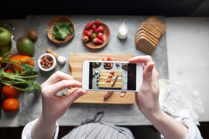 自炊料理を」SNSに(写真:iStock)