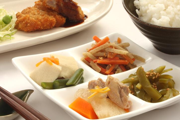 食事はそれぞれのプレートで(写真:iStock)