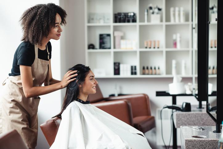 美容師さんと相談しながら挑戦してみては(写真:iStock)