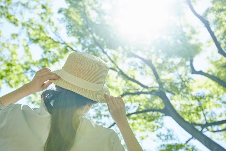 帽子で髪の日焼けを防ぐ(写真:iStock)