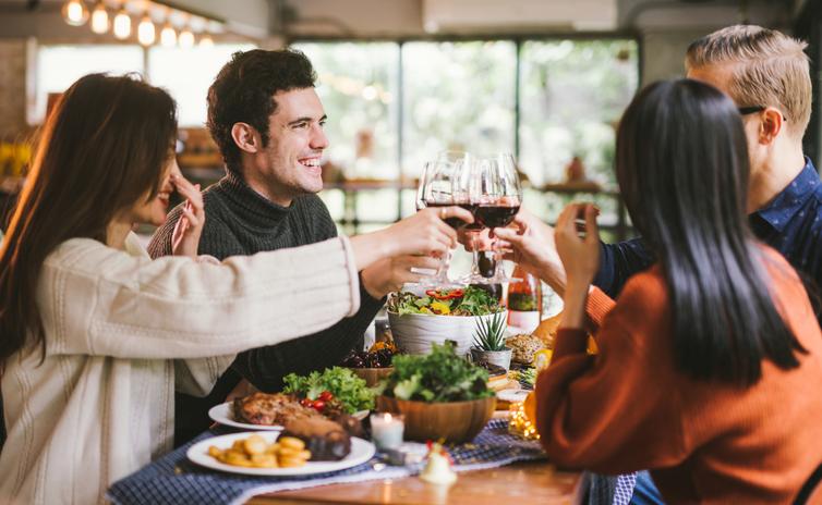 食事会で彼の人柄を知ってもらう(写真:iStock)
