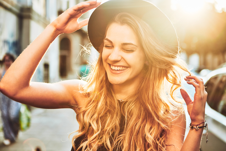 笑顔が素敵な女性には幸せが集まってくる(写真:iStock)