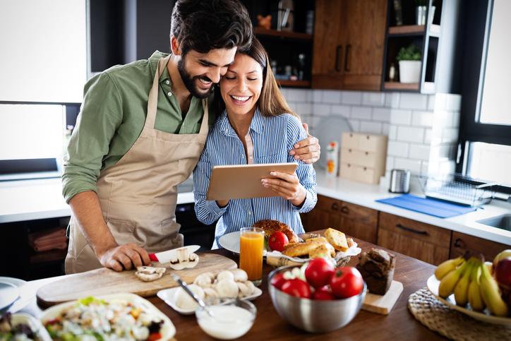 二人でレシピを探してみても(写真:iStock)