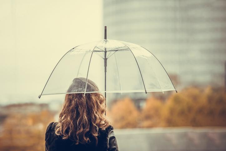 雨は髪が広がるから嫌い…(写真:iStock)