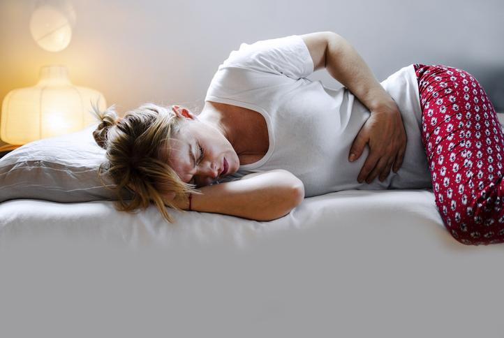 電話を切った後に強烈な腹痛が(写真:iStock)