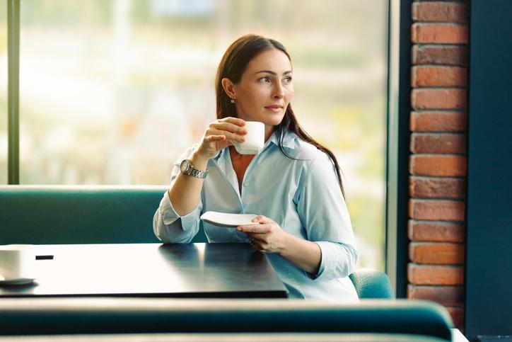 カフェで少し距離を縮める(写真:iStock)