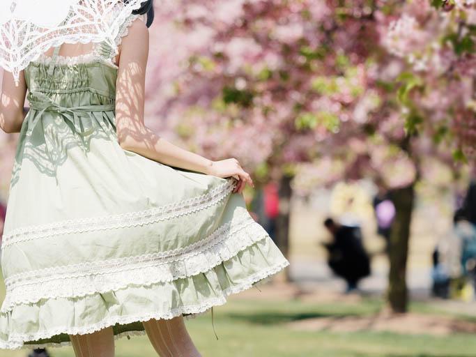 ガーリーすぎる洋服は避けたほうが無難(写真:iStock)