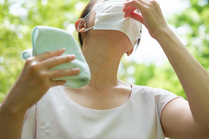 夏場のマスクで汗トラブルに(写真:iStock)