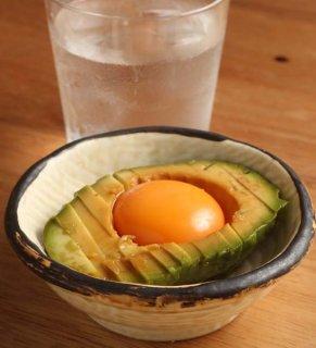 「アボカドの卵黄づけ」だし醤油に15分漬けて卵を落とすだけ