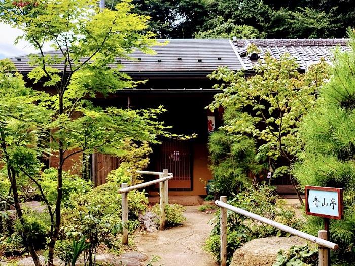 お庭が素敵な「青山亭」(C)コクハク
