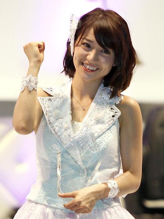 ファンサ女王の優子。結婚おめでとう。おめでとう…!/(C)日刊ゲンダイ