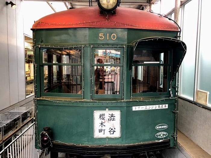 このレトロな電車の中で…(C)コクハク