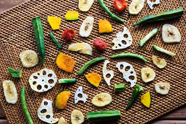 野菜チップでヘルシーに(写真:iStock)